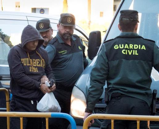 Sergio Morate, acusado de asesinar a su exnovia Marina Okarinska y a la amiga de ésta, Laura del Hoyo, a su llegada a la Audiencia Provincial de Cuenca, donde se celebra la tercera jornada del juicio.