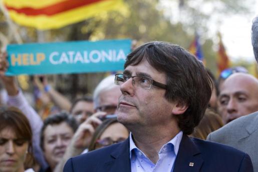 El presidente de la Generalitat, Carles Puigdemont, durante la manifestación convocada por la Mesa por la Democracia para pedir la libertad de Jordi Sànchez y Jordi Cuixart.