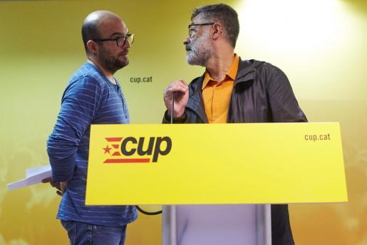 El diputado de la CUP Carles Riera (d) conversa con el concejal de Vic Joan Coma (I), en una imagen de archivo.