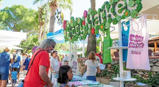 El popular mercadillo de Punta Arabí ha cumplido esta temporada 44 años de vida consolidado como uno de los más importantes de todos los que se celebran en la isla.