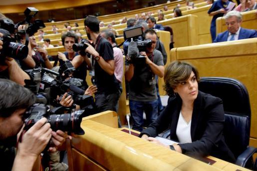 """La vicepresidenta del gobierno Soraya Saéz de Santamaría, en el salón de plenos del Senado al comienzo de la reunión de la comisión conjunta constituida """"ad hoc"""" para tramitar las medidas acordadas por el Gobierno, en la que se aprobará la propuesta del 155 que se elevará al pleno de la Cámara."""