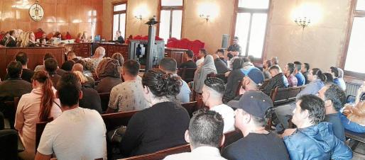 Panorámica de la sala del jurado de la Audiencia Provincial de Balears con la presencia de medio centenar de procesados.