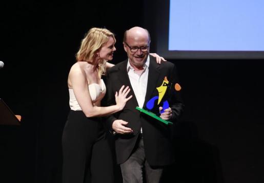 Sandra Seeling y Paul Haggis tras la entrega del galardón en el Teatre Principal.