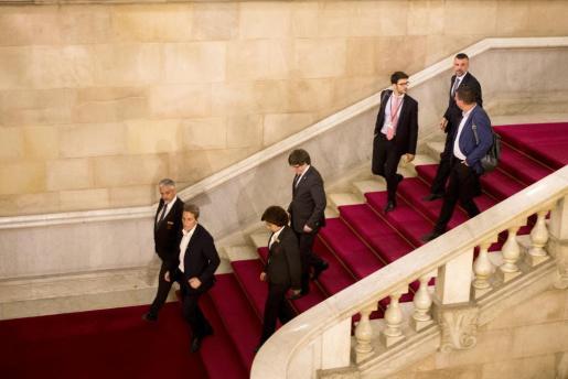 El presidente de la Generalitat, Carles Puigdemont, sale del parlamento seguido del conseller de Empresa Santi Vila (arriba ,c) tras el pleno monográfico celebrado.