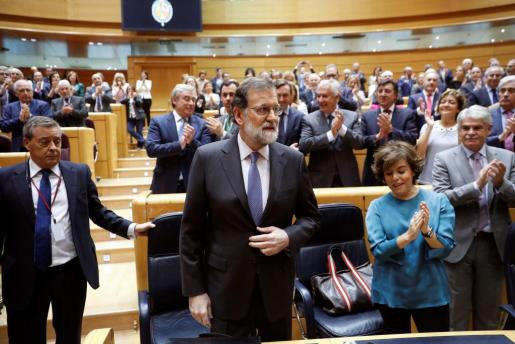 El presidente del Gobierno, Mariano Rajoy (2i), es aplaudido a su llegada al pleno extraordinario del Senado convocado para aprobar las propuestas planteadas por el Gobierno para actuar contra la Generalitat de Cataluña al amparo del artículo 155 de la Constitución.