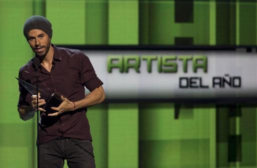 Enrique Iglesias habla tras recibir el premio a Artista del Año durante los Latin American Music Awards.