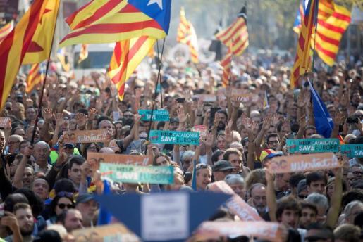 Centenares de independentistas se han congregado ya a las puertas del parque de la Ciutadella de Barcelona para apoyar una eventual declaración de independencia.