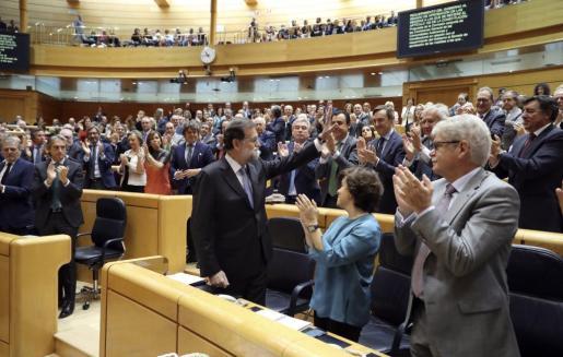 El presidente del Gobierno, Mariano Rajoy, recibe los aplausos de los miembros del grupo parlamentario popular, al término de su intervención en el pleno extraordinario celebrado este viernes en el Senado para aprobar las propuestas planteadas por el Gobierno para actuar contra la Generalitat de Cataluña al amparo del artículo 155 de la Constitución.