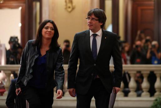 Carles Puigdemont y su mujer Marcela Topor, a su llegada al Parlament.