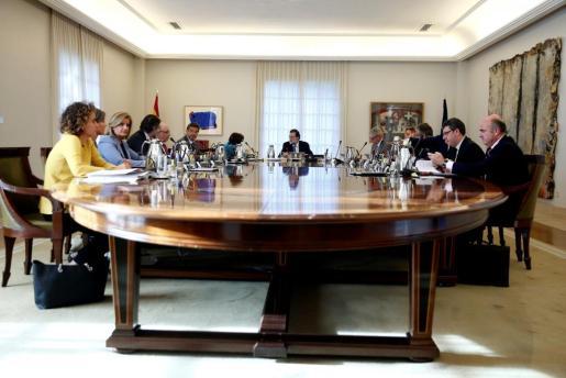 El presidente del Gobierno, Mariano Rajoy (c), presidió este viernes dos reuniones del Consejo de Ministros, una de ellas extraordinaria, para aprobar la aplicación de las medidas acordadas para Cataluña en virtud del artículo 155 de la Constitución.