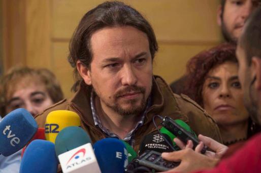 El secretario general de Podemos, Pablo Iglesias, hace declaraciones a los medios de comunicación antes de la reunión que ha mantenido este viernes con el presidente de Cantabria, Miguel Ángel Revilla, en Santander.