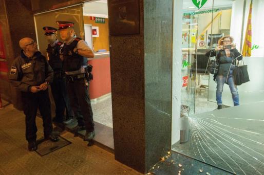 Agentes de los Mossos d'esquadra delante de la sede de Catalunya Radio, tras ser atacada por pequeño grupo de manifestantes con banderas españolas.