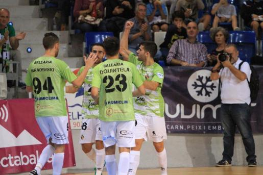 Los jugadores del Palma Futsal celebran uno de los seis goles anotados ante el Gran Canaria en Son Moix.