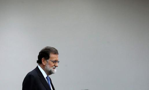 Rajoy durante su comparecencia ante los medios en el Palacio de la Moncloa para dar cuenta de las medidas adoptadas en el Consejo de Ministros Extraordinario del viernes por la tarde.