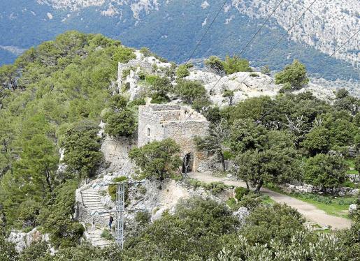 Tanto las torres y murallas del 'castell roquer' como los aljibes son propiedad del Estado. Al materializarse la adquisición, toda la zona superior del monte será de titularidad pública.