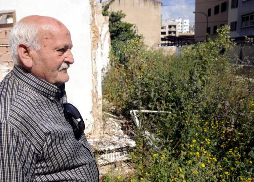 Ayer por la mañana el jubilado visitó con este diario el solar donde se levantaba su casa y el edificio derrumbado, en Rodríguez Arias.
