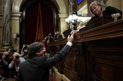Carles Puigdemont, ejerciendo su voto a favor de la independencia de Cataluña en el Parlament.