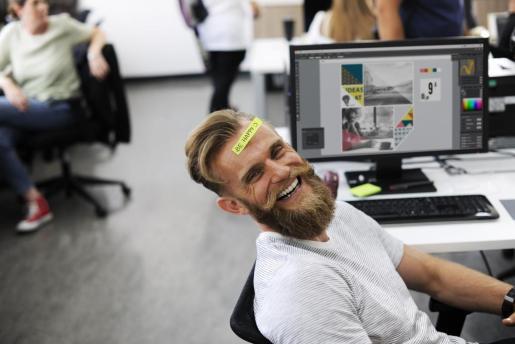Un trabajador muestra su felicidad durante un momento de descanso.