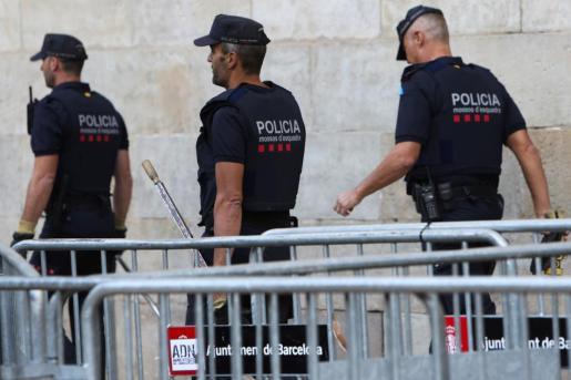 Mossos d'Esquadra en la plaza del Palau de la Generalitat-