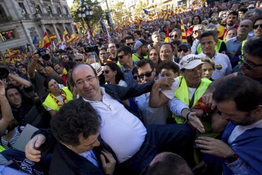 """El primer secretario del PSC, Miquel Iceta (2i), durante la manifestación convocada este domingo por Societat Civil Catalana en el centro de Barcelona bajo el lema """"Todos somos Cataluña"""", en contra de la declaración de independencia del viernes en el Parlament."""