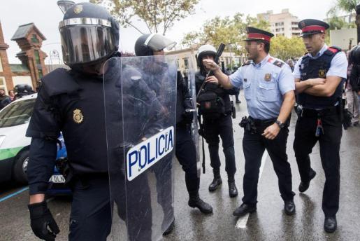 Tensión entre agentes antidisturbios de la Policía Nacional y de los Mossos d'Esquadra el día de la jornada del referéndum ilegal del 1 de octubre en Cataluña.