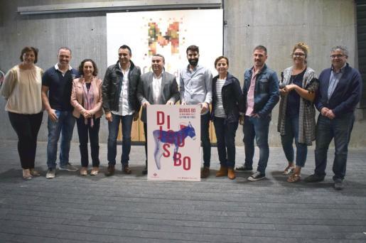 Virgilio Moreno junto a Llorenç Fernández y otras autoridades durante la presentación del cartel del Dijous Bo.