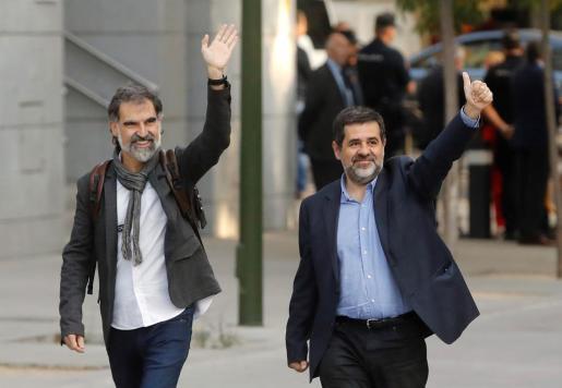 Los presidentes de la Assemblea Nacional Catalana, Jordi Sànchez, (d.), y de Òmnium Cultural, Jordi Cuixart, el día en que se dictó en su contra prisión por el delito de sedición.