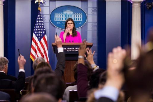 La portavoz de la Casa Blanca, Sarah Huckabee Sanders, ofrece una rueda de prensa sobre la acusación del FBI contra el exjefe de campaña de Trump, Paul Manafort, en la Casa Blanca.