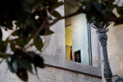 Una fotografía de Carles Puigdemont, cesado por el Gobierno como presidente catalán, colgada en uno de los despachos del Palau de la Generalitat, en el primer día laborable tras la puesta en marcha del artículo 155 de la Constitución para hacer frente al desafío secesionista en Cataluña.