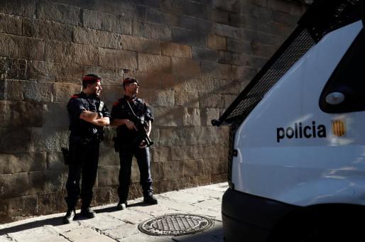 Imagen de archivo de dos agentes Mossos d'Esquadra en Barcelona.