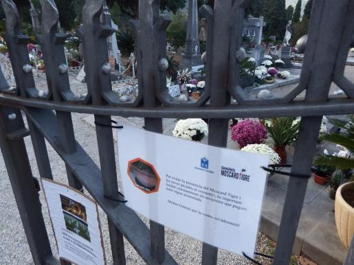 Un aviso en la entrada del cementerio de Sóller.