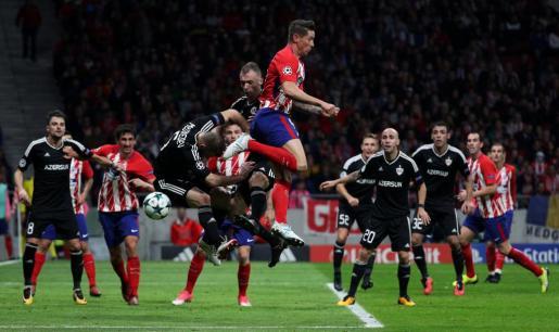 Fernando Torres disputa un balón ante Maksim Medvedev.