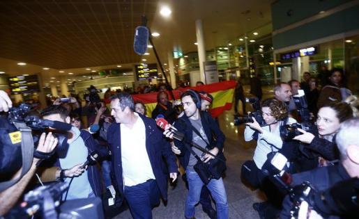 El exconseller de Interior, Joaquim Forn, a su llegada esta noche al aeropuerto de Barcelona-El Prat proecendente de Bruselas.