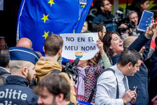 Varias personas se concentran frente al club de la prensa de Bruselas, donde el expresidente de la Generalitat de Cataluña Carles Puigdemont ofreció una rueda de prensa, en Bruselas, Bélgica.