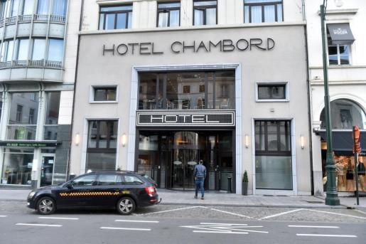 Un taxi espera en el exterior del hotel donde se cree que el expresidente catalán, Carles Puigdemont, está alojado en Bruselas.