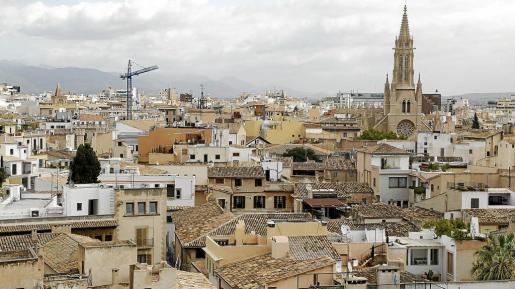 En Palma hay una gran demanda de viviendas, lo que ha motivado un notable incremento de las operaciones de compra-venta; muchas de ellas, por parte de extranjeros, ya que son los que tienen menos dificultados para pagar los elevados previos, especialmente en el centro y barrios como El Molinar.