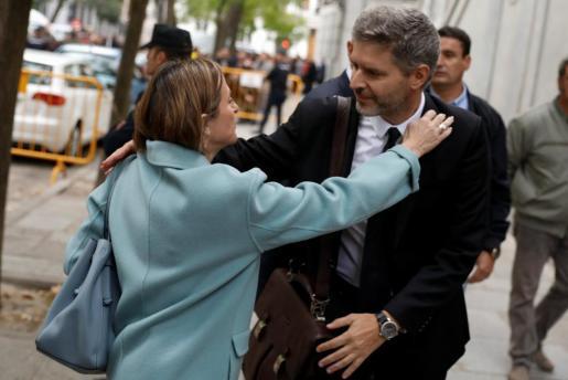 Carme Forcadell saluda a su abogado, Andreu Van den Eynde, a su llegada al Tribunal Supremo.