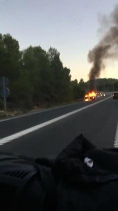 Imagen del coche ardiendo.
