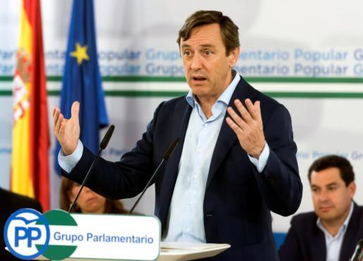 El portavoz del Grupo Popular en el Congreso, Rafael Hernando, ha reclamado este jueves al expresidente de la Generalitat Carles Puigdemont que «deje de hacer el ridículo y el botarate» y vuelva a España a dar explicaciones ante la justicia.