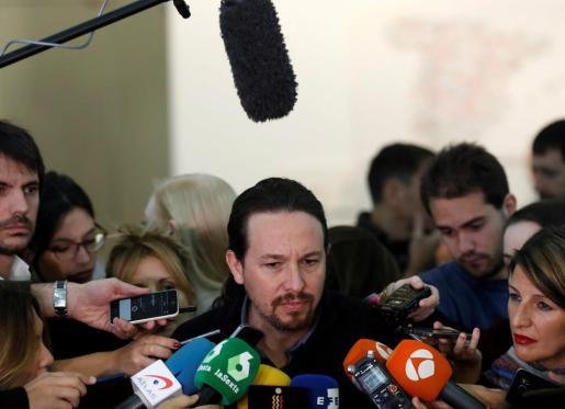 El líder de Podemos, Pablo Iglesias, atiende a los medios de comunicación.