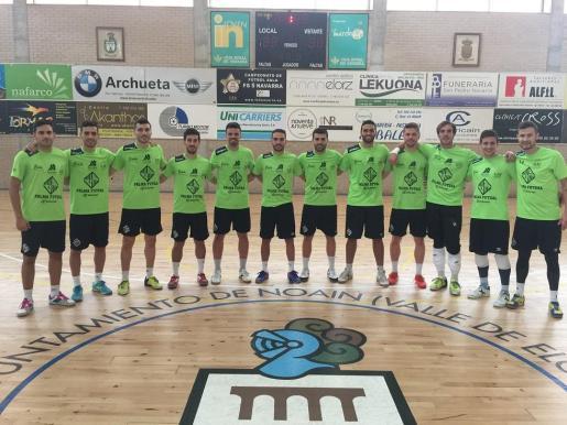 La plantilla del Palma Futsal posa en el pabellón de Naoin, en Pamplona