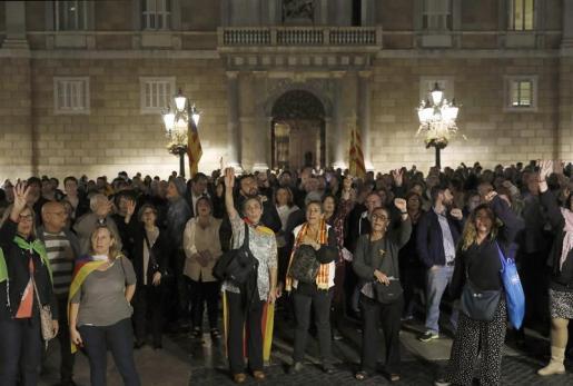 Las organizaciones soberanistas ANC y Òmnium han convocado a las 19.00 horas concentraciones frente a todos los ayuntamientos de capital de comarca y el Parlament.