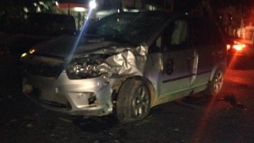Así ha quedado el coche después del choque con la motocicleta.