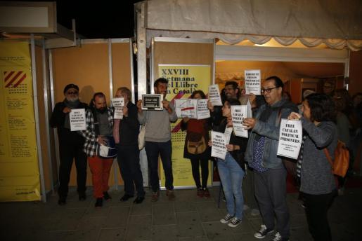 Un grupo de personas protestando con carteles, con distintos lemas, por la encarcelación de los ex consellers.