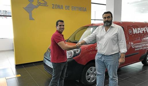Miguel Ángel Roman realizó la entrega de la Kangoo ZE a Bartolomé Simonet, gerente de Grúas Simonet.