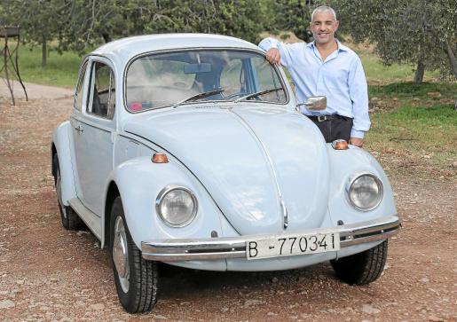 Fernando Linares, junto a su Volkswagen 1300.