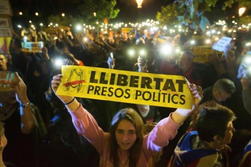 Imagen de una concentración de apoyo a los encarcelados frente al Parlament catalán.