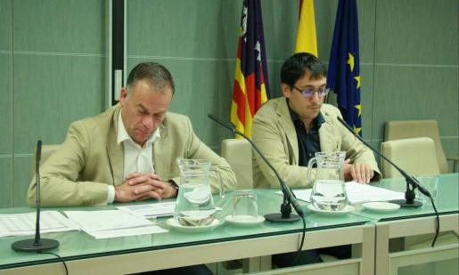 El conseller de Treball, Iago Negueruela, y el director general de Ocupación y Economía, Llorenç Pou, durante la rueda de prensa que han ofrecido la mañana de este viernes.