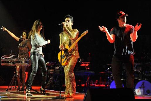 Javier Bardem y Penélope Cruz, junto a Prince en el escenario.
