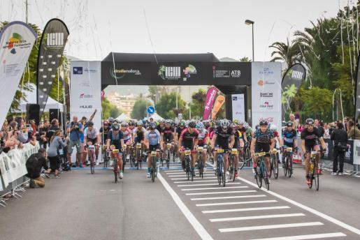Un momento de la salida de la prueba cilcista del Long Course Weekend Mallorca.